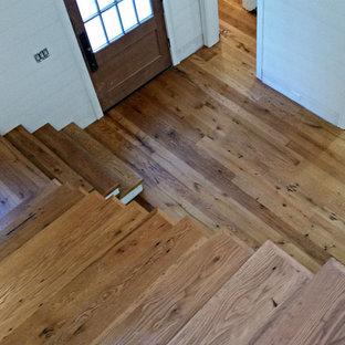 Idéer för stora vintage l-trappor i målat trä, med sättsteg i trä