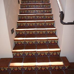 Foto de escalera en L, grande, con escalones con baldosas y contrahuellas con baldosas y/o azulejos