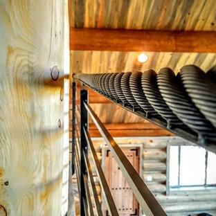 Idee per una piccola scala sospesa american style con pedata in legno, nessuna alzata e parapetto in metallo