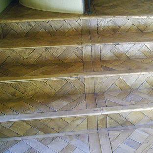 Foto di una piccola scala a rampa dritta tradizionale con pedata in legno e alzata in legno