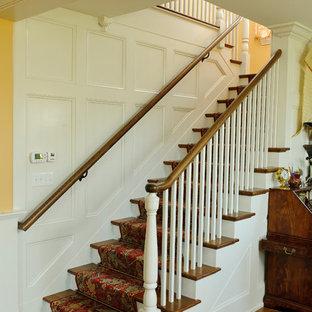 フィラデルフィアのトラディショナルスタイルのおしゃれな階段の写真