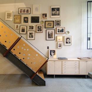 Idee per una scala a rampa dritta industriale di medie dimensioni con pedata in legno e parapetto in legno
