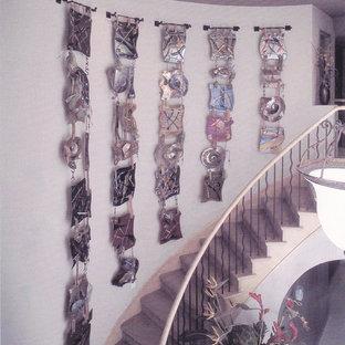 Diseño de escalera suspendida, contemporánea, grande, con escalones enmoquetados y contrahuellas de madera