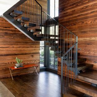 """Idee per una grande scala a """"U"""" contemporanea con pedata in legno, nessuna alzata e parapetto in metallo"""