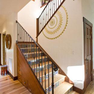 Foto de escalera en U, de estilo zen, con escalones de madera, contrahuellas con baldosas y/o azulejos y barandilla de metal