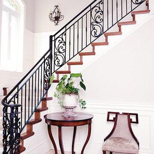 Пример оригинального дизайна: угловая лестница в викторианском стиле с деревянными ступенями и деревянными подступенками