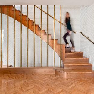 Diseño de escalera en L y ladrillo, mediterránea, con escalones de madera, contrahuellas de madera, barandilla de metal y ladrillo