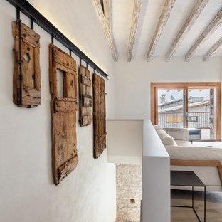 Exempel på en stor rustik l-trappa i trä, med sättsteg i trä