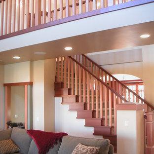 Ejemplo de escalera en L, de estilo americano, con escalones enmoquetados