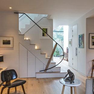 ロンドンの木のコンテンポラリースタイルのおしゃれな折り返し階段の写真