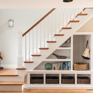Пример оригинального дизайна: лестница в морском стиле с деревянными ступенями и крашенными деревянными подступенками
