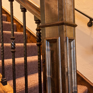 Modelo de escalera recta, rural, de tamaño medio, con escalones enmoquetados y contrahuellas enmoquetadas