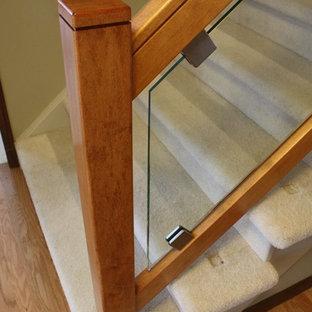 Foto de escalera recta, actual, de tamaño medio, con escalones enmoquetados y contrahuellas enmoquetadas