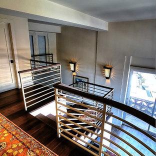 オースティンの小さい木のモダンスタイルのおしゃれなサーキュラー階段 (木の蹴込み板) の写真