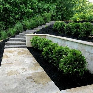 Diseño de escalera de caracol y panelado, minimalista, con escalones de hormigón, contrahuellas de piedra caliza y panelado