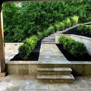 Esempio di una grande scala curva minimalista con pedata in cemento e alzata in pietra calcarea