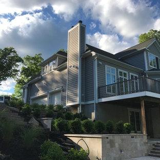 Imagen de escalera de caracol y panelado, moderna, con escalones de piedra caliza, contrahuellas con baldosas y/o azulejos y panelado