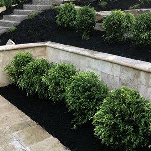 Ispirazione per una grande scala curva moderna con pedata in cemento e alzata in pietra calcarea