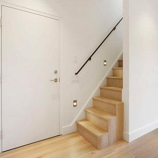 Foto de escalera recta, pequeña, con escalones de madera y contrahuellas de madera