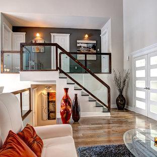 Ejemplo de escalera recta, tradicional renovada, con escalones de madera y barandilla de vidrio