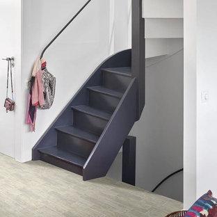 Foto de escalera curva, tradicional renovada, de tamaño medio, con escalones de madera pintada, contrahuellas de madera pintada y barandilla de metal