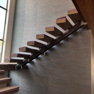 Foto de escalera suspendida y papel pintado, minimalista, con papel pintado