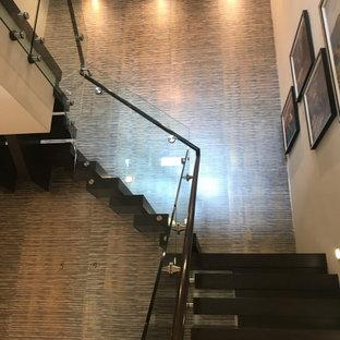 Idées déco pour un escalier flottant moderne avec du papier peint.