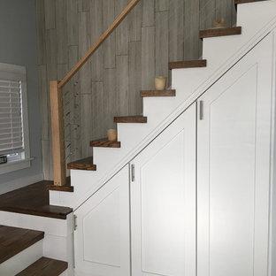 Modelo de escalera en L, clásica renovada, pequeña, con escalones de madera, contrahuellas de madera y barandilla de cable