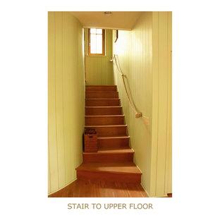 ニューヨークの中サイズの木のトラディショナルスタイルのおしゃれな直階段 (木の蹴込み板) の写真