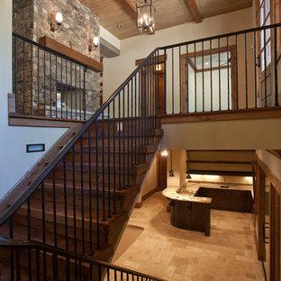 Modelo de escalera en U, rústica, de tamaño medio, con escalones de madera, contrahuellas de madera y barandilla de metal