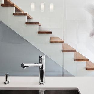 Diseño de escalera recta, moderna, pequeña, sin contrahuella, con escalones de madera
