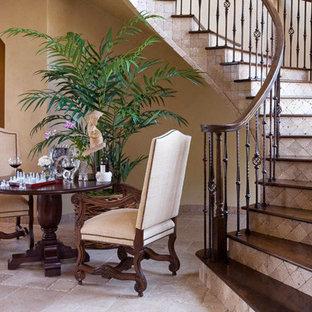 Cette image montre un escalier courbe méditerranéen avec des marches en bois, un garde-corps en bois et des contremarches en travertin.