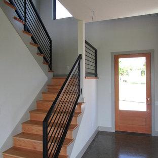 Bild på en mellanstor funkis u-trappa i trä, med sättsteg i trä och räcke i metall