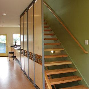 シアトルの中サイズの木のエクレクティックスタイルのおしゃれな階段の写真