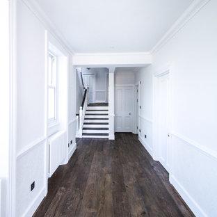 Diseño de escalera en U y papel pintado, clásica, grande, con escalones de madera, contrahuellas de madera pintada, barandilla de madera y papel pintado