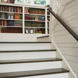 Inspiration för moderna u-trappor i trä, med räcke i trä och sättsteg i målat trä