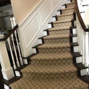 Ispirazione per una grande scala curva classica con pedata in legno, alzata in legno e parapetto in legno