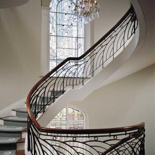Foto de escalera curva, tradicional, grande, con escalones de madera, contrahuellas de madera pintada y barandilla de varios materiales