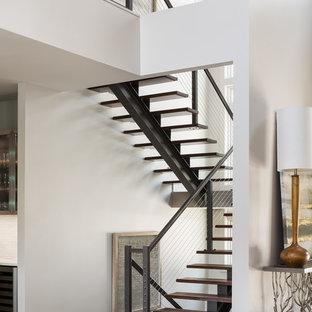 Ejemplo de escalera suspendida, contemporánea, sin contrahuella, con escalones de madera y barandilla de cable