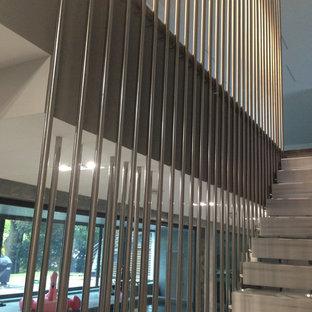 Ejemplo de escalera suspendida, actual, pequeña, sin contrahuella, con escalones de mármol y barandilla de metal