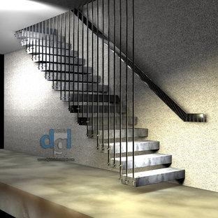 Idee per una scala sospesa minimalista di medie dimensioni con pedata in marmo, nessuna alzata e parapetto in metallo