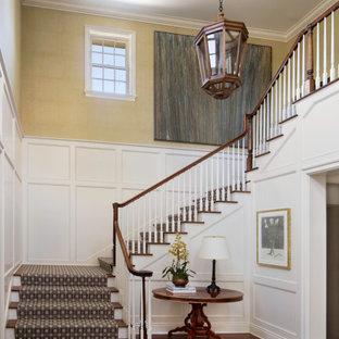 Источник вдохновения для домашнего уюта: угловая лестница в классическом стиле с деревянными ступенями, крашенными деревянными подступенками, деревянными перилами и панелями на стенах