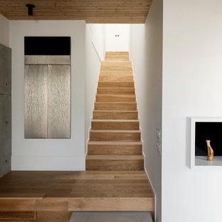 Imagen de escalera recta con escalones de madera y contrahuellas de madera