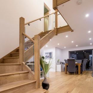 Idéer för en mellanstor modern l-trappa i trä, med sättsteg i trä
