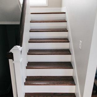 """Idee per una grande scala a """"U"""" tradizionale con pedata in legno, alzata in legno verniciato e parapetto in legno"""