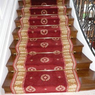 Idées déco pour un très grand escalier classique en U avec des marches en bois et des contremarches en bois.