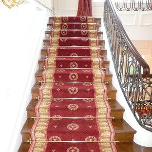 Foto de escalera en U, tradicional, extra grande, con escalones de madera y contrahuellas de madera