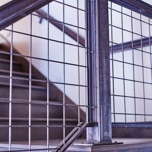 他の地域の木のコンテンポラリースタイルのおしゃれな折り返し階段 (木の蹴込み板) の写真