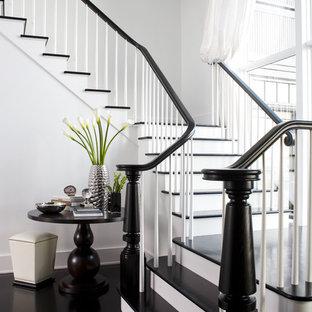Стильный дизайн: лестница в стиле неоклассика (современная классика) с деревянными ступенями - последний тренд