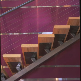 Diseño de escalera suspendida, minimalista, sin contrahuella, con escalones de madera
